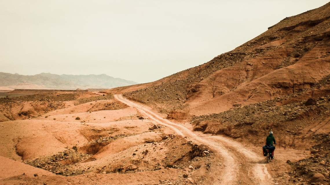 Radfahrer in der Wüste von Marokko - Diamantrad-Blog