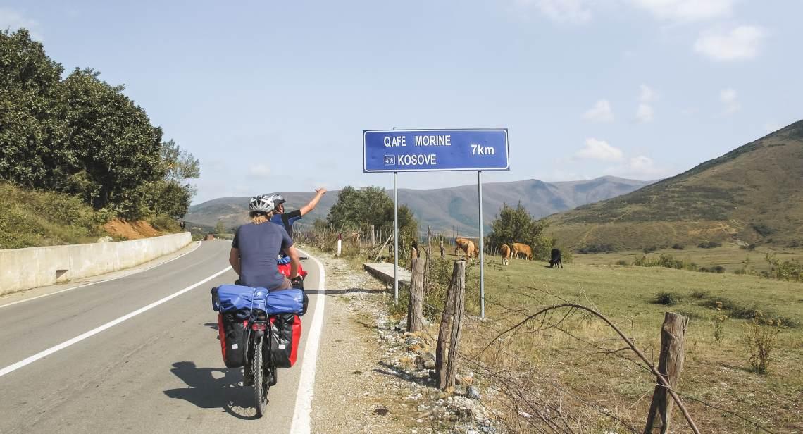 Radfahrer vor Kosovo-Schild - Diamantrad-Blog