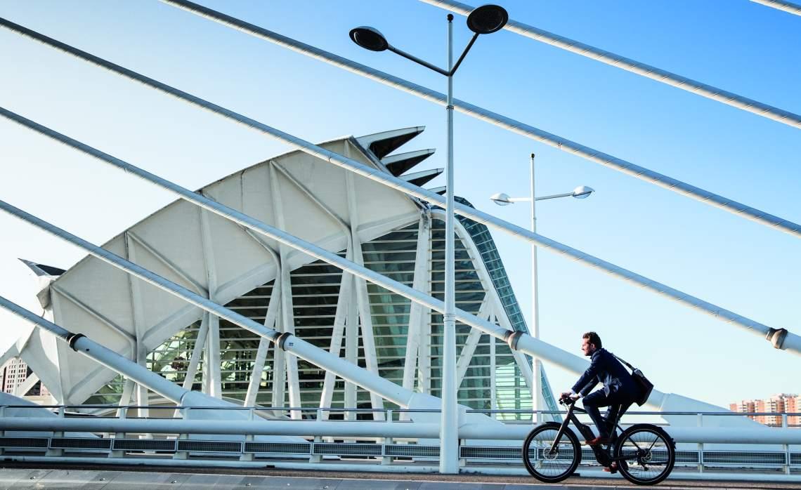 Pendler mit Fahrrad auf Brücke - Diamantrad-Blog