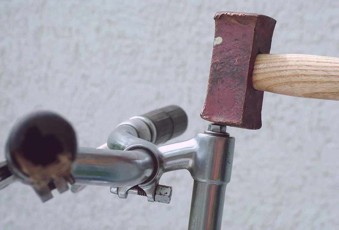 Fahrradlenker mit Hammer demontieren - Diamant-Blog
