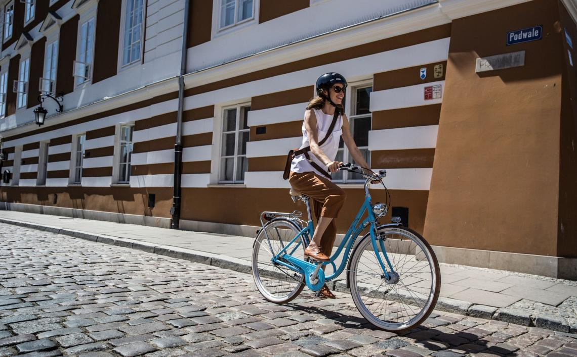 Radfahrerin fährt auf Kopfsteinpflaster - Diamant-Blog