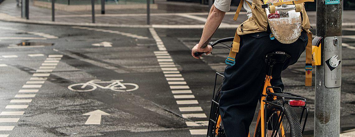 Radfahrer an Ampel vor Radweg - Diamantrad-Blog