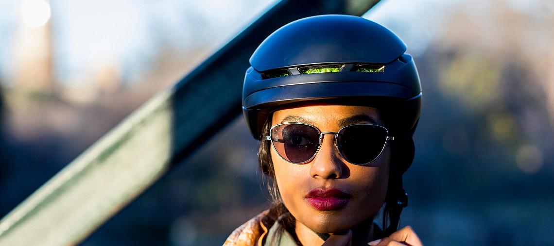 Frau mit WaveCel Fahrradhelm - Diamantrad-Blog