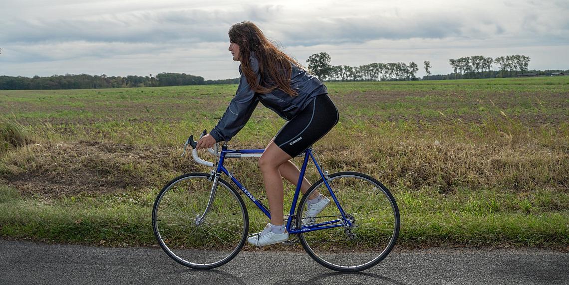 Rennradfahrerin auf Landstraße - Diamantrad-Blog