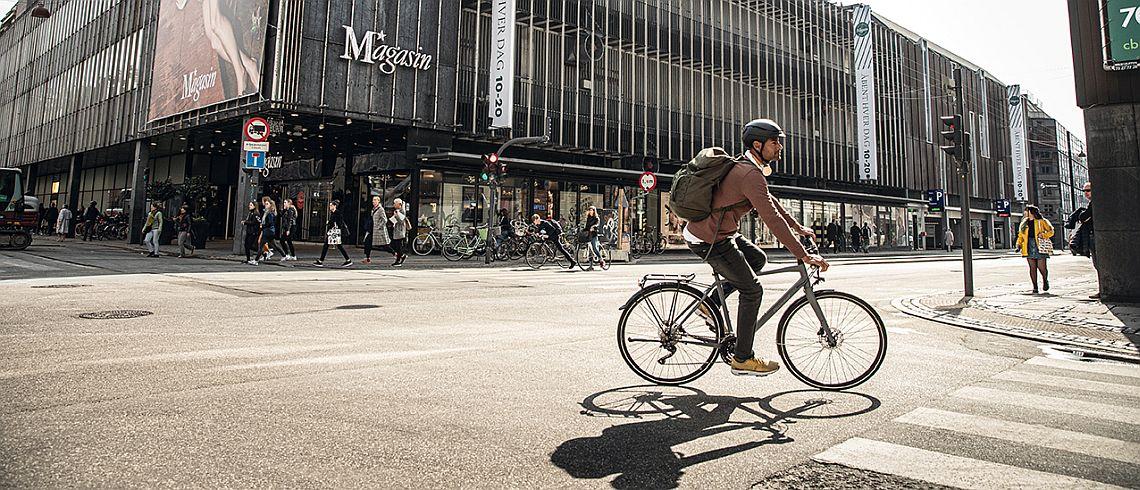 Radfahrer biegt mit Rubin Super Legere ab - Diamantrad-Blog