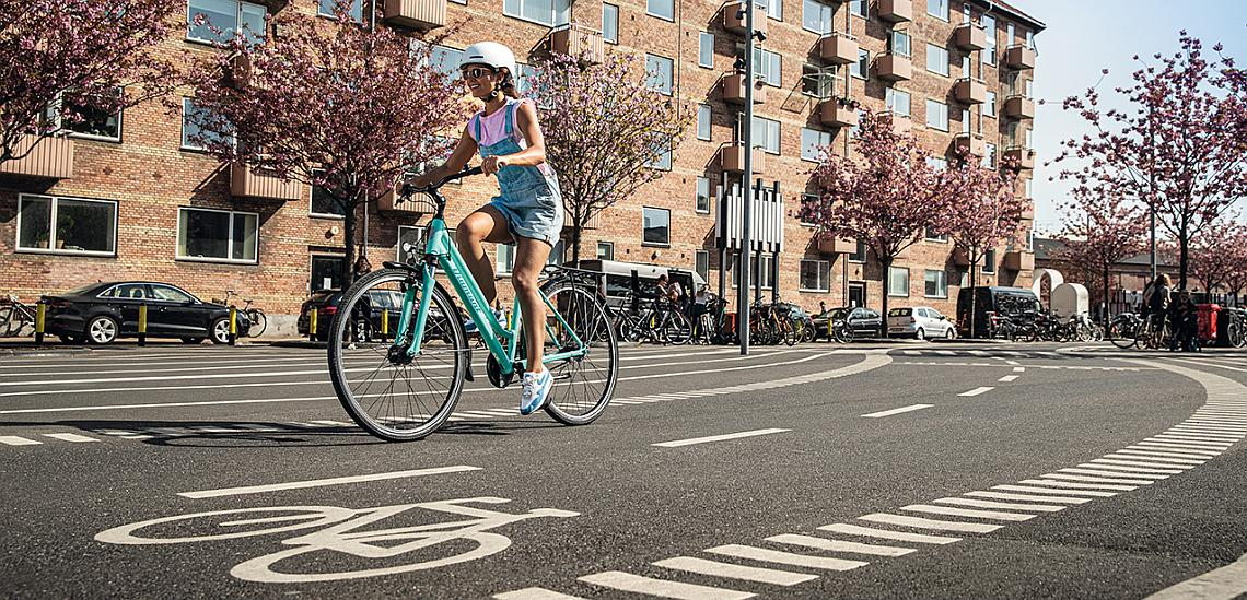 Frau auf Radweg in Kopenhagen - Diamantrad-Blog