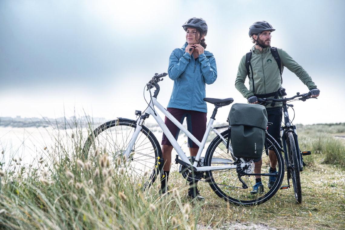 Zwei Personen mit Diamant-Fahrrädern am See - Diamantrad-Blog